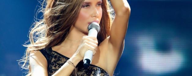 Φωκά Πάολα live που τραγουδάει εμφανίζεται