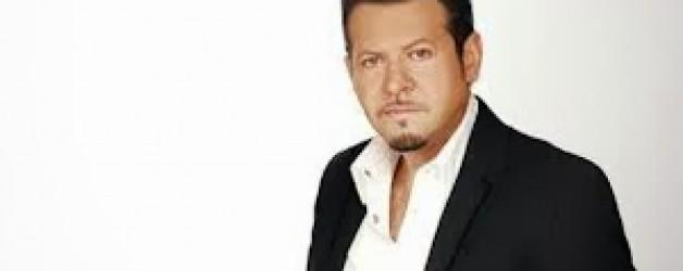 Χάρης Κωστόπουλος Live  που τραγουδάει εμφανίζεται
