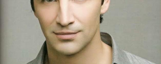 Σάκης Ρουβάς Live  που τραγουδάει εμφανίζεται