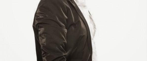 Σφακιανάκης Νότης live  που τραγουδάει εμφανίζεται